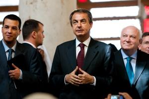 Zapatero inicia una conversaci—n con un im‡n en la Mezquita Omey